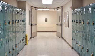 Från vidöppna skolor till helt låsta!